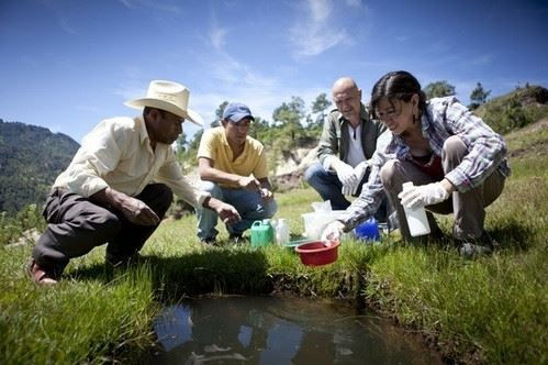 Test de potabilité de l'eau près de la mine Marlin au Guatemala (Photo Broederlijk Delen)